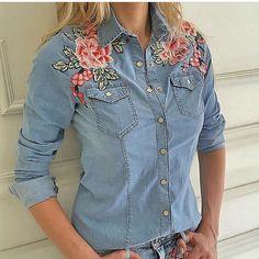 Camisa Jeans Com Aplicações. #Luxo. Jean Shirts, Denim Shirt, Chemises Country, Looks Camisa Jeans, Denim Fashion, Fashion Outfits, Estilo Jeans, Love Jeans, Inspiration Mode