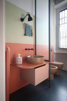 Com uma combinação de cores inusitadas, o banheiro é um charme à parte. O mix do verde chá com o pêssego deixa o espaço bem autêntico e é uma ótima opção para quem quer fugir das paredes monocromáticas.
