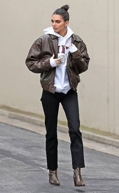 Kendall Jenner Dons Brown Leather Jacket for Day at the Studio: Photo Kendall Jenner makes her way back to her car after the leaving the studio on Thursday afternoon (March in Los Angeles. The model kept things comfy… Looks Street Style, Model Street Style, Looks Style, Looks Cool, Simple Street Style, Urban Street Style, Street Style Trends, Street Style Women, Celebrity Outfits