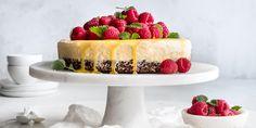 Iskake egner seg godt både som dessert og på kakebordet. Oppskrift på iskake med pasjonsfrukt, bringebær og sjokoladebunn.