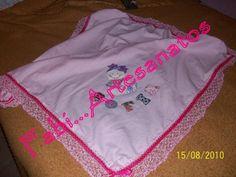 Manta de flanela com bordado em patchwork  babado em crochê e passa fita