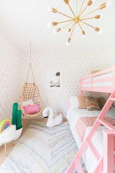 Se o quarto de casal é o nosso preferido, este quarto infantil com decoração colorida não fica muito longe. Olhem esse cantinho! E essa parede de cactos dourado? E esse cisne? Temos certeza que seríamos muito felizes crescendo aí!