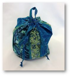 <p>  Need somewhere to store your big spools of serger thread? Here's a cute bag to keep them organized. Completely sewn on a serger.</p>