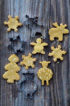 Držíme je zkrátka. Nic navíc kromě granulí nedostávají. Jen vylízat kelímek od jogurtu, to je takový náš ranní rituál, nebo občas kousek ... Gingerbread Cookies, Desserts, Diy, Food, Tailgate Desserts, Do It Yourself, Ginger Cookies, Deserts, Bricolage
