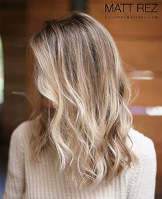 holographic hair Hair Color' Is the Secret to Highlights That Look Unbelievably Natural Blonde Hair Looks, Brown Blonde Hair, Light Brown Hair, Brunette Hair, Natural Blonde Hair With Highlights, Natural Blonde Balayage, Natural Looking Highlights, Blonde Balayage Highlights, Color Highlights