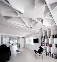 Toda la carpintería de la vivienda, así como el techo de la sala de lectura, es de DM pintado con rodillo en blanco satinado. Ningún elemento llega a tapar las jácenas. Junto al televisor hay una ventana cubierta con una cortina enrollable de fi bra de vidrio y PVC. La butaca es la BKF de Antonio Bonet; el sofá es de Kapra, y las mesas, de Stua. El suelo de toda la casa es un continuo de PVC triturado mezclado con resina. Tiene cierta rugosidad, para que no se raye.