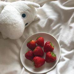 Imagen de strawberry, red, and aesthetic Korean Aesthetic, Aesthetic Themes, White Aesthetic, Aesthetic Food, Aesthetic Photo, Aesthetic Pictures, Think Food, Moomin, Cute Food