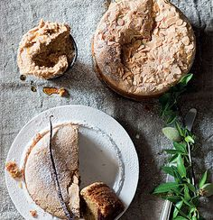 Almond, Clemengold and olive oil cake with almond-and vanilla butter Gourmet Recipes, Healthy Recipes, Easy Recipes, Olive Oil Cake, Biscuit Cake, Healthy Juices, Round Cakes, Cake Tins, Sweet Cakes