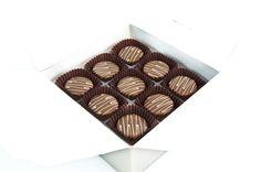 Her biri özenle üretilmiş, sizi bambaşka diyarlara götürecek, damak tadınıza uygun, spesiyal çikolatalarımız. Sade kutusu ile şık ve lezzetli. çikolata sepeti, çikolatasepeti, chocolate, özel çikolata,ganaj,turuf, karamel, krokant, krenç, nuga,  mild