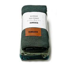 De gebreide handdoeken van HUMDAKIN zijn een sieraad voor je keuken. Ze voelen zacht aan en zijn sterk in het opnemen van vocht. Scandinavische kleuren