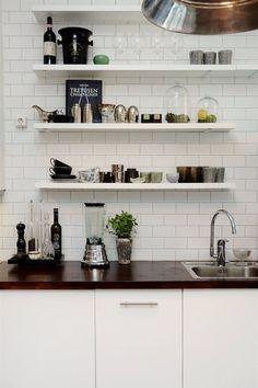 rangement cuisine white on white Kitchen Shelves, Kitchen Backsplash, Diy Kitchen, Kitchen Dining, Kitchen Decor, Kitchen Cabinets, Open Shelves, Shelving, Beautiful Kitchens