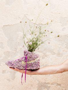 Monsieur Plant besetzt einen  Nike-Schuh komplett mit Blüten  und als Pflanzenhalter fungieren! #tollwasblumenmachen #flower #shoe
