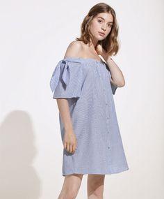 Платье в крепированную полоску, 2999руб - Короткое платье из ткани в крепированную полоску голубого цвета. Короткие рукава, открытые плечи, застежка на пуговицы. - Тенденции женской моды весна лето 2017 на Oysho онлайн.