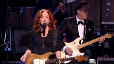 """Bonnie Rait and Tracy Chapman, Jeff Beck and Beth Hart perform """"Sweet Home Chicago"""" in honor of Buddy Guy at the 35th annual Kennedy Center Honors (2012)"""