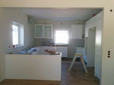 Köksmonteringen har gått framåt. Luckor, hyllplan, knoppar och golv är på plats. Bänkskivan är mätt och monteras kommande vecka. Snart dags för vitvaror.