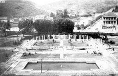 Poços de Caldas - anos 1930. Pergolado no centro da foto e o Chalé do Conde Prates à direita. Ambas foram feitas das janelas do Palace Casino. (atual Fonte Luminosa)