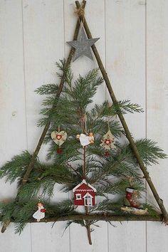 Ghirlande di Natale facili da realizzare: il fai da te da condividere con il tuo bambino! Ladder Decor, Advent Calendar, Christmas Wreaths, Do It Yourself Crafts, Fir Tree, Christmas Swags, Holiday Burlap Wreath, Christmas Garlands
