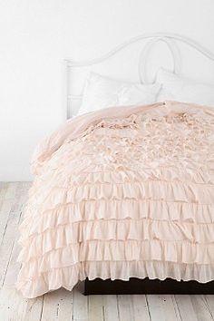 ruffle bedspread! pretty!!