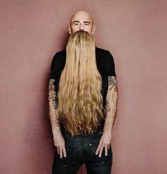 Think you're looking at a man with a long silky beard? Look again. A clever optical illusion promoting the Garnier Fructis range of hair products. Photo Illusion, Illusion Art, Illusion Photos, Illusion Tricks, Funny Optical Illusions, Illusion Fotografie, Forced Perspective Photography, Illusion Photography, Foto Fun