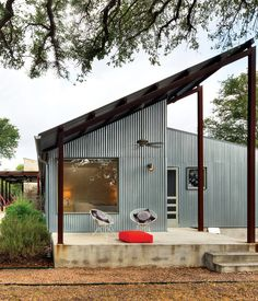 For a cost-conscious renovation located 30 minutes outside of Austin, Texas, architect Nick Deaver took a look around for He spied galvanized metal cladding on the region's sheds and co-opted the inexpensive, resilient material for his own design. Metal Cladding, Metal Siding, Metal Roof, Shed Cladding, Zinc Roof, Cladding Materials, Metal Facade, Exterior Cladding, Modern Small House Design