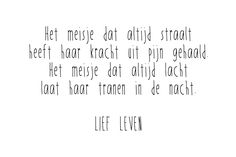 Het meisje dat altijd straalt Heeft haar kracht uit pijn gehaald Het meisje dat altijd lacht Laat haar tranen in de nacht. Lief Leven Poem Quotes, Sad Quotes, Best Quotes, Life Quotes, Inspirational Quotes, Cool Words, Wise Words, World Quotes, Dutch Quotes