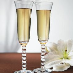 Youll be able to proudly lift your glass and make a toast with these beautiful interlocking diamond stem champagne flutes! Each flute glass comes atop a stem of diamond shaped crystal. Wedding Toasting Glasses, Wedding Champagne Flutes, Toasting Flutes, Champagne Glasses, Diamond Wedding Theme, Green Wedding, Cadeau Couple, Wedding Toasts, Personalized Wedding