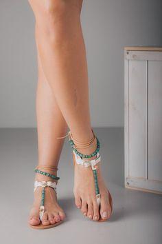 Sandalias cuero blanco con los granos turquesa por TheMerakiCompany