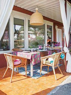 Una #casa rodeada de vegetación: #Comedor en el #porche