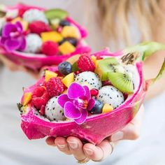 """Pitaya """"dragon fruit"""" fruitsalad, perfect as a summer dessert Cute Food, Yummy Food, Kreative Desserts, Fruit Displays, Food Platters, Smoothie Bowl, Smoothie Drinks, Fruit Recipes, Health Recipes"""