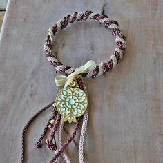 Ρόδι επίχρυσο με λευκό σμάλτο με μοναδικό δέσιμο με τρίχρωμα κορδόνια, για να το κρεμάτε ακόμα και στις πόρτες, για να φέρει καλοτυχία την νέα χρονιά.
