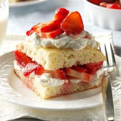 Strawberry Shortcake Recipe -I grew up helping my mom make soup and pies in our farmhouse kitchen. This sunny strawberry shortcake recipe brings back memories of family summers on the farm. Köstliche Desserts, Summer Desserts, Delicious Desserts, Dessert Recipes, Summer Treats, Fruit Recipes, Sweet Recipes, Cheese Cake Factory, Sweets
