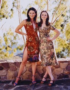Lauren Graham and Alexis Bledel out of costume - stunning! Gilmore Girls Cast, Gilmore Gilrs, Gilmore Girls Fashion, Gilmore Girls Quotes, Lorelai Gilmore, Rory Gilmore Style, Stars Hollow, Team Logan, Lauren Graham