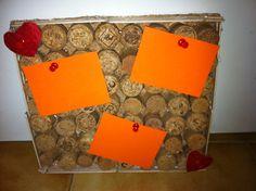 Bacheca fai da te con tappi di sughero e bastoncini di legno(ghiaccioli)