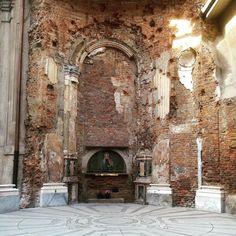 Chiesa di Santa Maria alla Porta  resti della cappella di S. Maria dei Miracoli  anche conosciuta come Madonna del Grembiule. Distrutta da bombardamento nel 1943. Si vedono i segni in alto.  #milano #milanocity #milanodaclick #milano_forever #milanodavedere #igersmilano #whywelovemilano #igmilano #loves_milano #milanocityufficiale #instamilano #vivomilano #mymilano #volgomilano #visitmilano #santamariaallaporta by gamspitz