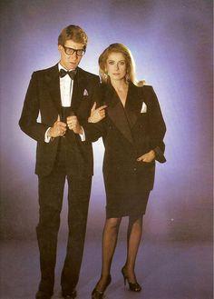 A atriz francesa Catherine Deneuve ficou conhecida não apenas por sua elegância e talento. Ela era a musa de um dos homens mais feministas que já existiu na história da moda – Yves Saint Laurent, o criador do smoking feminino.