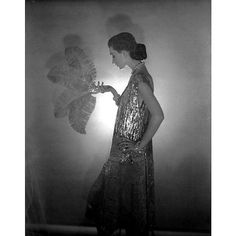 Dovima wearing Coco Chanel, 1953. Photo : Cecil Beaton.
