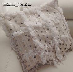 Housse de coussin ethnique chic en laine, tissée à la main par des femmes  berbères.Un oreiller réalisé avec une handira couverture de mariage. 15defd7e13a