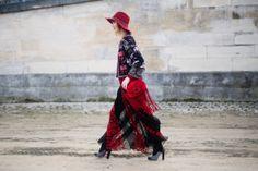 PFW - FW14: Anya Ziourova y su total look de reminiscencias étnicas de la colección primavera verano 2014 de Valentino.