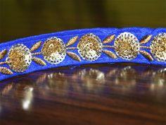 Royal Blue couleur main ruban de sequins. Il est agrémenté de paillettes de couleur or et fil métallique. Cette belle dentelle peut être utilisé pour la conception élégante blouses, haussements...