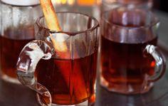 Omena-kanelishotti 1. Nosta omenasiideri mausteiden kanssa kattilaan ja lämmitä höyryäväksi. 2. Peitä juoma kannella ja anna maustua 20 minuuttia. Siivilöi juoma ja kuumenna uudelleen höyryävän kuumaksi. 3. Sekoita joukkoon sokeri ja alkoholi. 4. Annostele juoma lämmitettyihin laseihin ja tarjoa heti.