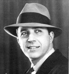 Carlos Gardel fue cantante, compositor y actor de cine naturalizado argentino, considerado el más importante tanguero de la primera mitad del siglo XX.