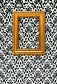 http://us.cdn3.123rf.com/168nwm/viselchak/viselchak1201/viselchak120100029/11877821-gold-frame-sur-un-fond-d-39-ecran-noir-et-blanc.jpg