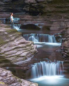 Tu peux faire cette folle randonnée de 3,2 km à travers des chutes d'eau à quelques heures de Montréal - Narcity Road Trip Usa, Water Element, Canada Travel, Staycation, Wonders Of The World, Waterfall, Camping, Explore, Hiking Trips