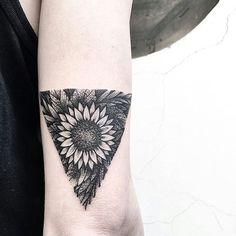 Fresh WTFDotworkTattoo Find Fresh from the Web Si volaaaa thanks to @lazyblow989 #flower #sunflower #triangle #black #blackart #blackink #dark #darkink #geometric #botanical #dotwork #gorgeous #qualita #top tempest_11 WTFDotWorkTattoo