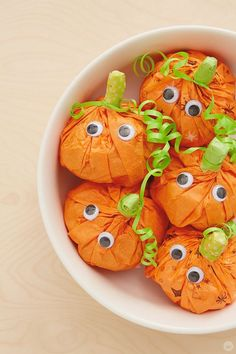 """Sweet and easy DIY pumpkin surprise treat bags – Think. This sweet Halloween project is all treats, no tricks! Use these DIY pumpkin treat bags for party favors, classroom snacks, or for """"BOO-ing"""" the neighbors. Comida De Halloween Ideas, Dulceros Halloween, Adornos Halloween, Halloween Treats For Kids, Halloween Favors, Halloween Goodies, Halloween Party Decor, Halloween Pumpkins, Halloween Candy Bags"""