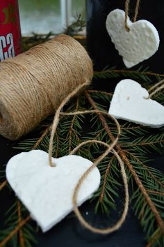 Ihanan keveitä ja hempeän vaaleita joulukuusenkoristeita saa tehtyä soodataikinasta.