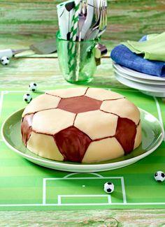 So backst du aus Haselnussteig, Nutella, Marzipan und Schoki diese tolle Fußballtorte. Da steht es ganz schnell 1:0 für den/die Bäcker/-in!