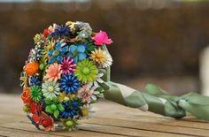 Ramos de novias broches. Aquí te mostramos más de 120 sugerencias de  ramos de novia. Pedrería y tela, broches, chocolate y gominolas, botones, frutas, mariposas, papel, perlas, conchas, exóticos, metálicos, con plumas, abanicos, bolsos, navideños, modernos, clasicos…