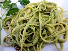 Pesto soslu makarna nasıl yapılır - Pesto Soslu Linguini - Maydanozlu Pesto Soslu Linguine yapımına ait malzemeler ve tarifi detaylı anlatım.