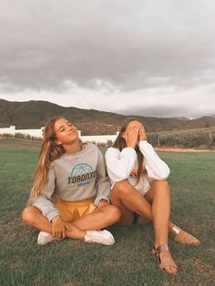 🌵🌞💫Explore positive energy ideas DIY with best friends! 🌵🌞💫Explore positive energy ideas DIY with best friends! Cute Friend Pictures, Best Friend Pictures, Bff Pics, Shotting Photo, Best Friend Photography, Insta Photo Ideas, Cute Friends, Cute Friend Poses, Poses With Friends